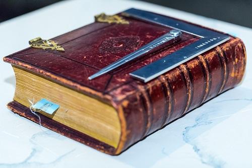 Passer, Winkelhaak en Bijbel